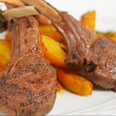 Cotlet de berbecut in sos de vin si rozmarin + cartofi cu cascaval