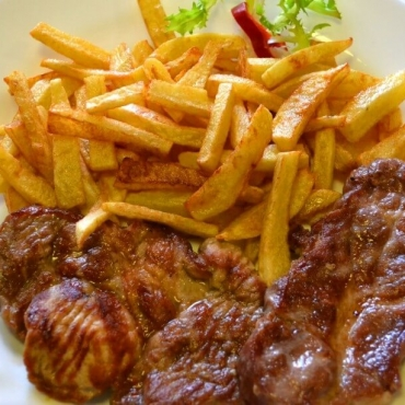 Muschi file de porc la gratar cu cartofi prajiti